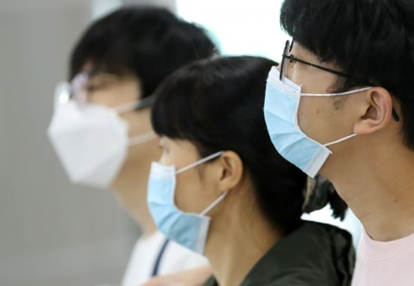 신종 코로나바이러스 감염증인 '우한 폐렴' 공포가 확산되는 가운데 28일 김해국제공항에서 공항 이용객들이 마스크를 쓰고 있다. /사진=연합늇,