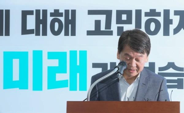 안철수 전 바른미래당 의원이 29일 국회에서 탈당을 선언한 뒤 괴로운 표정으로 인사하고 있다. /사진=연합뉴스