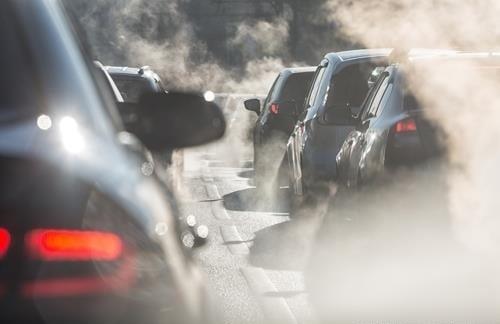 자동차들이 배기가스를 내뿜고 있다. 사진=연합뉴스