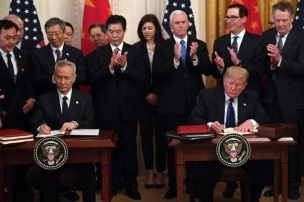 도널드 트럼프 미국 대통령(오른쪽)과 류허 중국 부총리가 15일(현지시간) 미 백악관에서 1단계 미중 무역합의에 서명했다.(사진=연합뉴스)