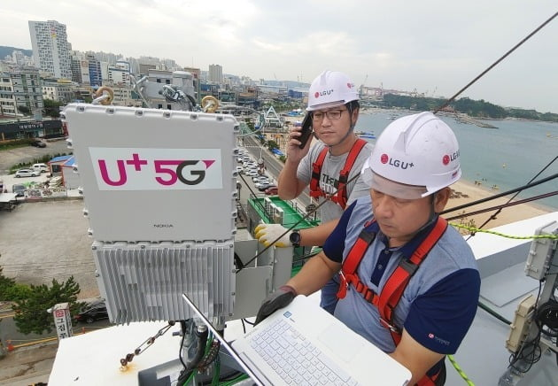 LG유플러스가 5G 기지국을 구축 중인 모습 / 사진=한경 DB