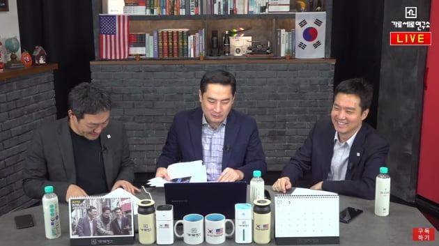 왼쪽부터 김용호 전 기자, 강용석 변호사, 김세의 전 기자/사진=가로세로연구소 영상 캡처