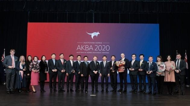 지난달 31일 오후 서울 그랜드 하얏트 호텔에서 개최된 '2020 호주-한국 비즈니스 어워즈(2020 Australia-Korea Business Awards)'에서 크리스 라시티 주한 호주상공회의소 회장(가운데 왼쪽)과 제임스 최 주한 호주대사(가운데 오른쪽)가 수상자들과 기념촬영을 하고 있다. (사진제공=주한호주상공회의소)