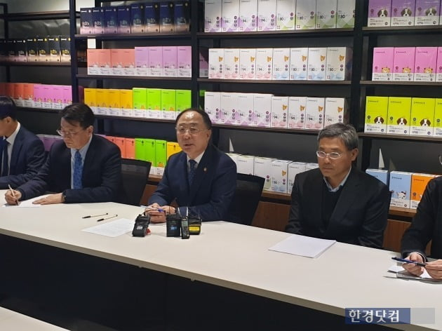 홍남기 부총리 겸 기획재정부 장관(좌에서 세번째)이 3일 보건용 마스크 제조·판매업체 '웰킵스'를 찾아 마스크 매점매석 행위에 대해 엄정히 대응하겠다고 밝혔다. [사진=강경주 기자]