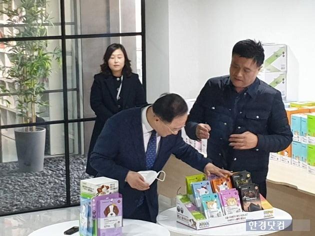 홍남기 부총리 겸 기획재정부(좌) 장관이 마스크 제품을 살펴보고 있다. 홍 부총리는 마스크 매점매석 행위에 대해 엄정히 대처하겠다고 경고했다. [사진=강경주 기자]