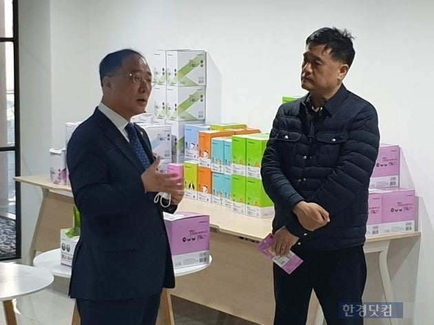 홍남기 부총리 겸 기획재정부(좌) 장관과 박종한 웰킵스 대표(우) [사진=강경주 기자]