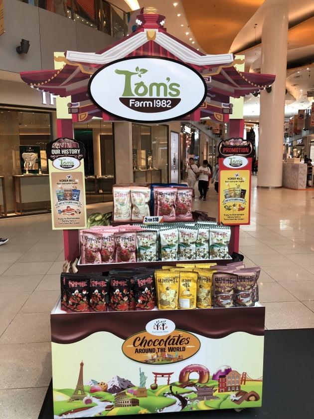 길림양행은 허니버터아몬드 등을 탐스팜 브랜드를 통해 선보이고 있다. 현지 싱가포르에서 판매되고 있는 모습. (사진 = 길림양행)