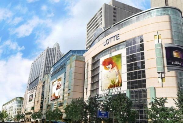 23번째 확진자가 지난 2일 다녀간 것으로 확인된 서울 명동 롯데백화점 명동점이 오는 9일까지 문을 닫기로 했다.