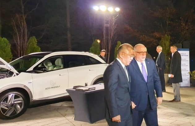 정의선 수석부회장(사진 좌측)과 전미주지사협회 의장인 래리 호건(Larry Hogan) 메릴랜드 주지사가 넥쏘 공기정화 시연을 지켜본 뒤 수소전기차, 수소경제 사회에 대해 의견을 나누고 있다. [사진=현대자동차]
