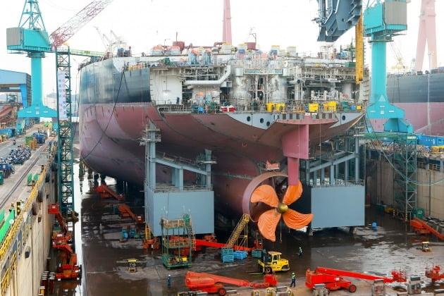 사진은 현대중공업이 세계 조선 업계 최초로 '부력체 탠덤 공법'을 선박 건조에 적용한 모습. 2020.1.27 [사진=현대중공업 제공]