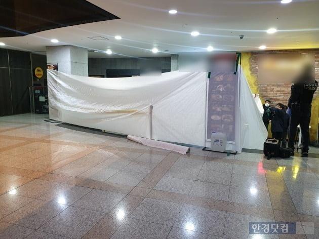 12일 오전 서울 영등포구 여의도 부근 빌딩 지하 1층 음식점에서 칼부림 사건이 발생, 2명이 병원으로 이송 중인 것으로 알려졌다. /사진=조준혁 한경닷컴 기자