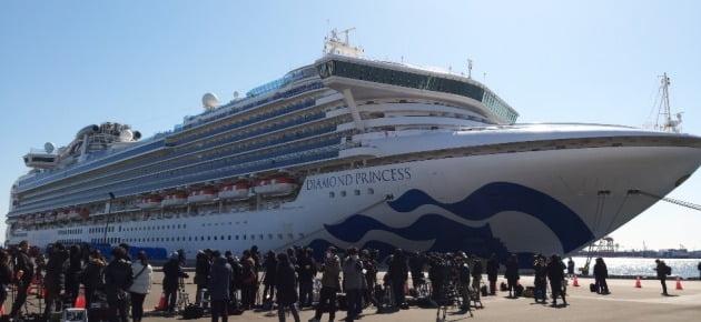 11일 낮 대형 여객선 '다이아몬드 프린세스'가 접안해 있는 요코하마 다이코쿠(大黑)부두에 일본 국내외 취재진이 몰려 있다. 2020.2.11 [사진=연합뉴스]