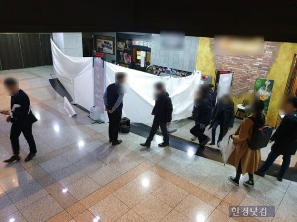 12일 오전 9시18분께 서울 영등포구 여의도 빌딩 지하 음식점에서 칼부림 사건이 발생했다. 경찰 관계자들이 사건 발생 현장을 수습하고 있다. /사진=조준혁 한경닷컴 기자