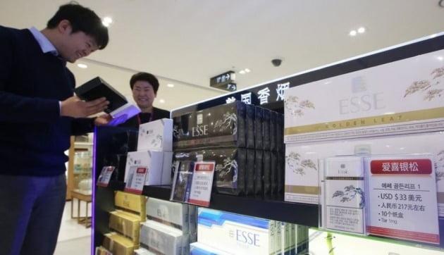 정부는 입국장 면세점 활성화를 위해 담배 판매를 허용하게 됐다고 설명했다. [사진=연합뉴스]