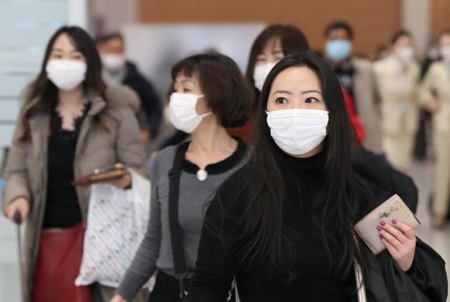 9일 오후 마스크를 착용한 외국인 관광객들이 인천국제공항을 통해 입국하고 있다. 정부는 이날 신종 코로나바이러스 감염증 사태와 관련해 중국 외 지역사회 감염이 발생한 주요 국가 입국자를 대상으로 검역을 강화할 것이라고 밝혔다. 2020.2.9 [사진=연합뉴스]
