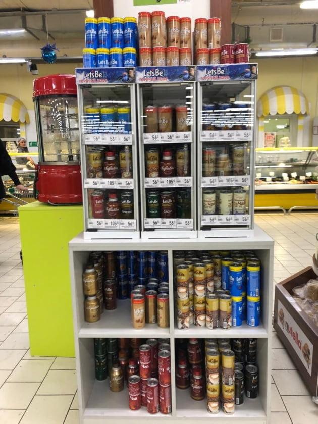 러시아 현지 소매점에서 레쓰비가 판매되고 있는 모습. 과거 1대였던 온장고는 3대까지 늘어났다. (사진 = 롯데칠성음료)