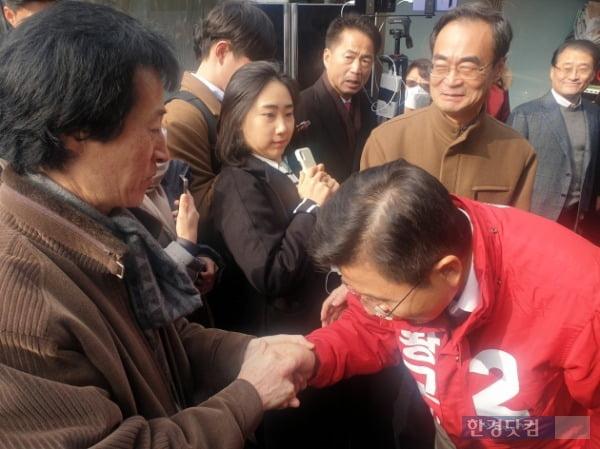 황교안 자유한국당 대표가 13일 오후 서울 종로구 창신동 삼일아파트 뒷골목을 찾아 선거 유세를 진행했다. 사진은 한 시민과 악수를 하고 있는 황 대표의 모습 /사진=조준혁 한경닷컴 기자