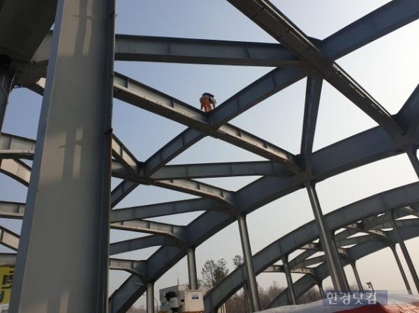 14일 오전 7시10분께 한강대교 아치 위에 올랐던 A 씨는 5시간 50여 분이 지난 오후 1시3분께 농성을 해제했다. 사진은 농성중인  A 씨의 모습 /사진=조준혁 한경닷컴 기자