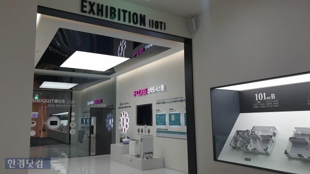 '위례신도시 중흥S-클래스'의 모델하우스에는 IoT(사물인터넷) 시스템도 전시됐다. 계약자라면 이러한 시스템도 살펴볼만 하다.(사진 김하나 기자)