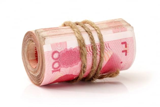"""위안화 지폐 찢어버리는 중국…""""전자결제 해라"""" [이슈+]"""
