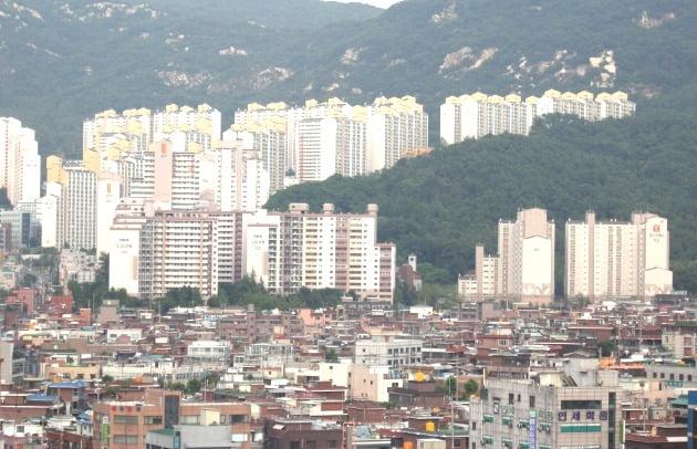 정부의 강력한 강남권 고가 아파트 규제의 여파로 서울 외곽에 위치한 '노도강(노원·도봉·강북구)'과 '금관구(금천·관악·구로구)' 중형(전용면적 84㎡ 기준) 아파트값이 10억원을 속속 넘기고 있다. 금천구 아파트 전경. /한경DB