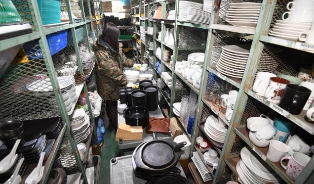 폐업하는 자영업자들이 늘고 있는 가운데 경기 시흥의 한 중고물품 매장에 팔려고 내놓은 식당 집기들이 쌓여 있다. 한경DB