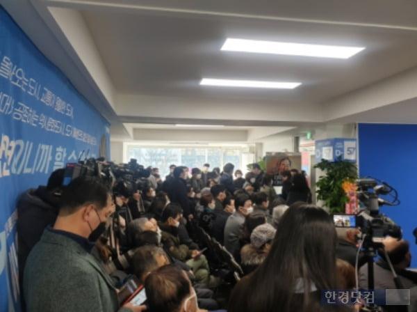 이 전 총리는 18일 오후 1시47분 종로 선거 캠프에서 '이낙연 만나러 갑시다' 공개 일정을 소화했다. 사진은 이 전 총리를 기다리고 있는 지지자들의 모습. /사진=조준혁 한경닷컴 기자