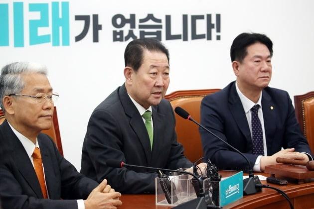 바른미래당 박주선 의원(가운데)이 18일 오전 국회에서 열린 의원총회에서 발언하고 있다. 2020.2.18 [사진=연합뉴스]