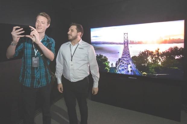 삼성전자갤럭시S20스마트폰으로찍은영상을이회사의8KTV로연결해시청하고있다.삼성전자제공.
