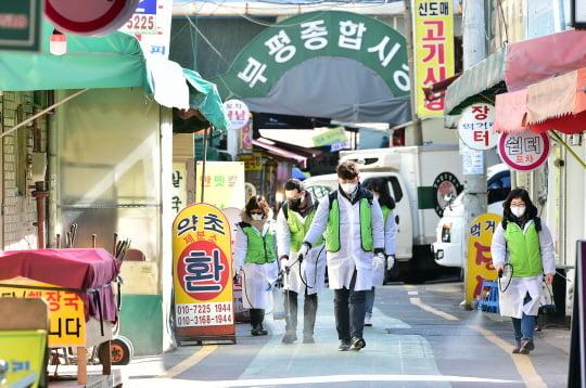 인천시 부평구 관계자들이 코로나19 확진자가 다녀간 부평종합시장을 긴급 방역하고 있다. 인천시 제공