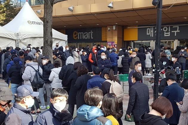 24일 대구 이마트 만촌점 앞에서 시민들이 마스크를 사려고 줄지어 서 있다. 사진=연합뉴스