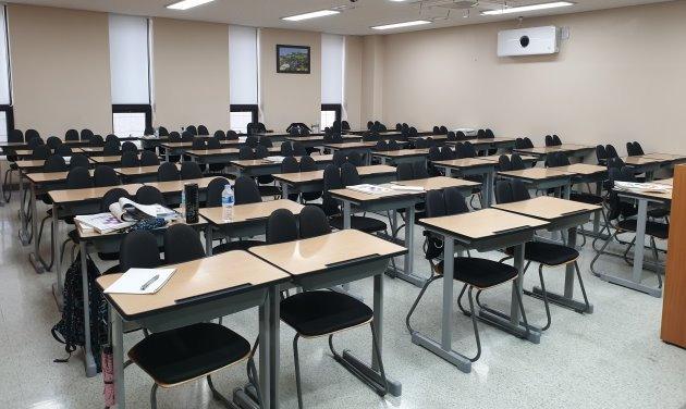 교육부가 휴원을 권고한 이후 하루가 지난 24일 강남대성학원 강의실 모습. 강남대성학원은 이날부터 휴강을 시작했다. 64명 규모 강의실이 텅 비어있다. 정의진 기자