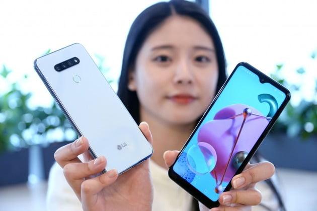 LG전자가 26일 실속형 대화면 스마트폰 LG Q51을 출시한다. 사진은 모델이 LG Q51을 소개하고 있는 모습/사진제공=LG전자