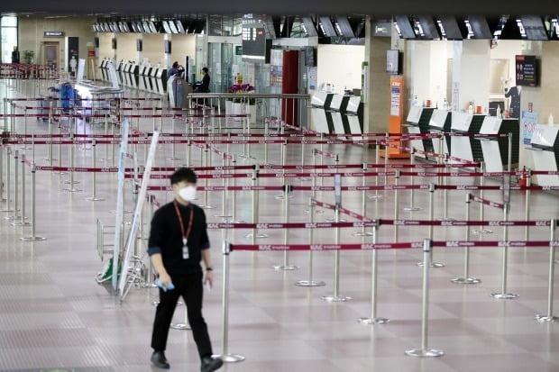지난 24일 대구국제공항의 항공사별 발권 창구가 텅 비어있다. 대구에서 신종 코로나바이러스 감염증(코로나19) 확진자가 급증하면서 대구에서 출발하는 주요 국내선과 국제선 운항이 중단됐다. /연합뉴스