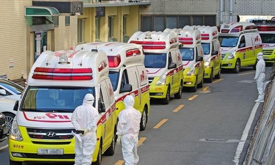 """[속보] """"국내 8번째 사망자 코로나19 관련 폐렴 악화로 사망"""""""