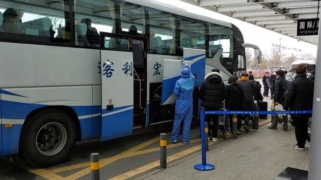 인천발 제주항공 7C8501편 승객들이 25일 중국 웨이하이(威海)공항에서 중국 당국이 격리 조치를 위해 준비한 버스에 탑승하고 있다. 2020.2.25 [사진=연합뉴스]