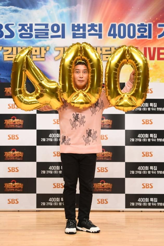 개그맨 김병만이 28일 오후 서울 목동 SBS홀에서 열린 SBS 예능 '정글의 법칙' 400회 기념 기자간담회에 참석해 기념 풍선을 들고 있다. /사진제공=SBS