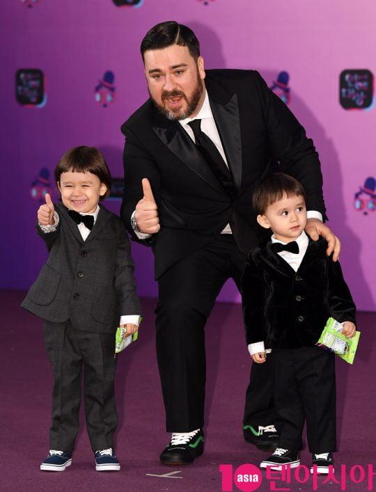 '슈돌'에 출연 중인 방송인 샘해밍턴(가운데)과 그의 아들들/ 사진=텐아시아DB