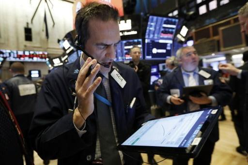 28(현지시간) 미국 뉴욕증권거래소(NYSE)에서 트레이더들이 주식 거래를 하고 있다. AP연합뉴스