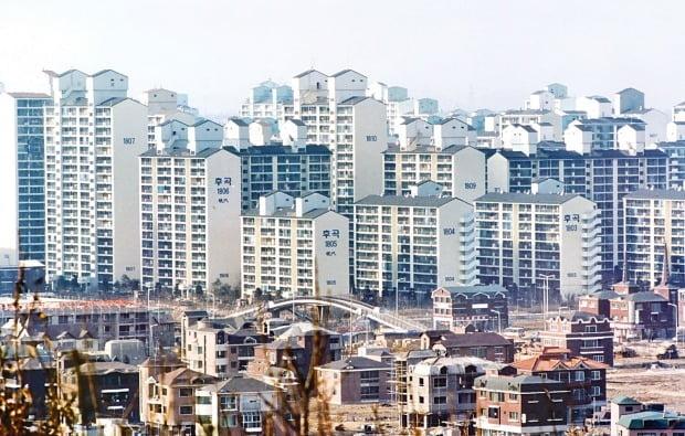 조정대상지역 해제 영향으로 아파트값이 많이 내렸던 일산 집값이 하락세를 멈추고 회복 국면에 접어드는 분위기다.  일산 아파트 전경. /한경DB