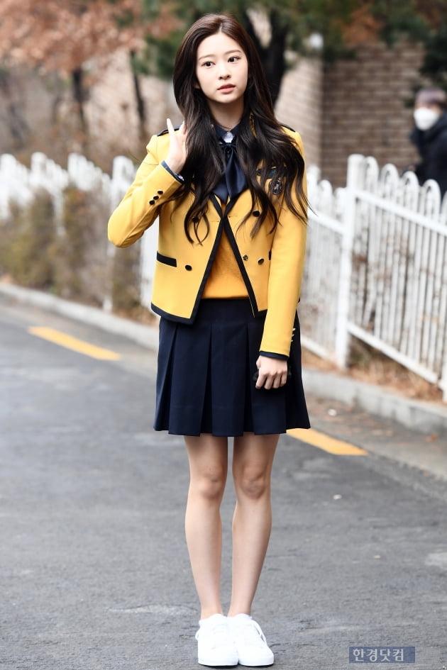 [포토] 아이즈원 김민주, '오늘은 마지막 교복 입는 날~'