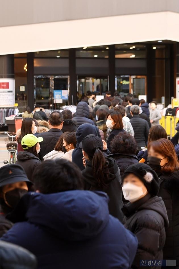 [포토] 마스크 사기위해 줄 선 시민들