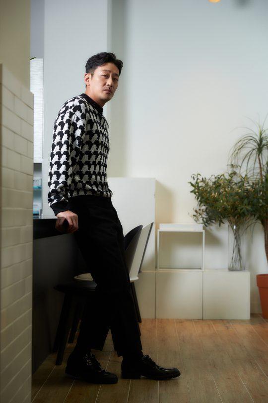 """15년 전 대학 졸업작품으로 인연을 맺은 윤종빈 감독과 '클로젯'을 공동제작한 하정우. """"그 때 만났던 사람들이 여전히 제 곁에 남아있다는 건 감사한 일이죠."""" /사진제공=CJ엔터테인먼트"""