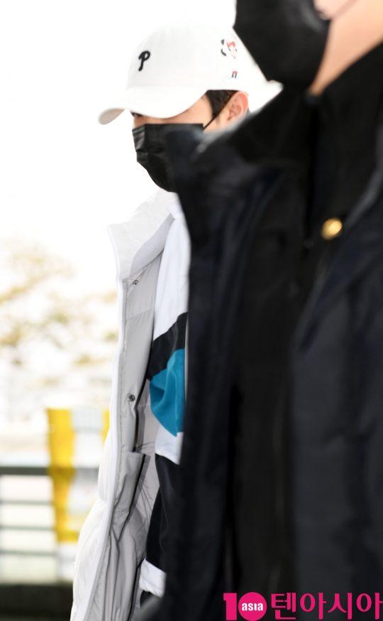 그룹 워너원 출신 김재환이 7일 오후 삿포로 눈축제 참석차 인천국제공항을 통해 일본으로 출국하고 있다.