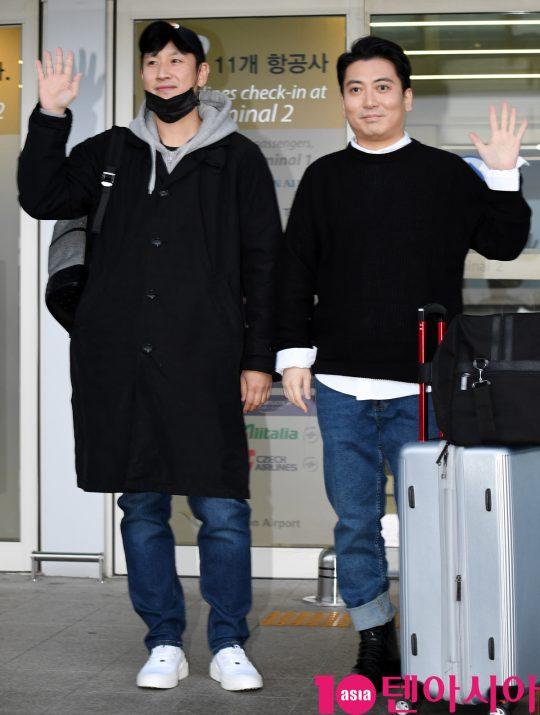 배우 이선균과 박명훈이 7일 오후 영화 '기생충'으로 미국 아카데미 시상식에 참석차 인천국제공항을 통해 미국으로 출국하고 있다.