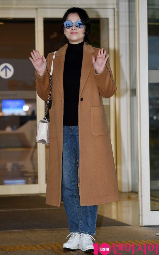배우 장혜진이 7일 오후 영화 '기생충'으로 미국 아카데미 시상식에 참석차 인천국제공항을 통해 미국으로 출국하고 있다.