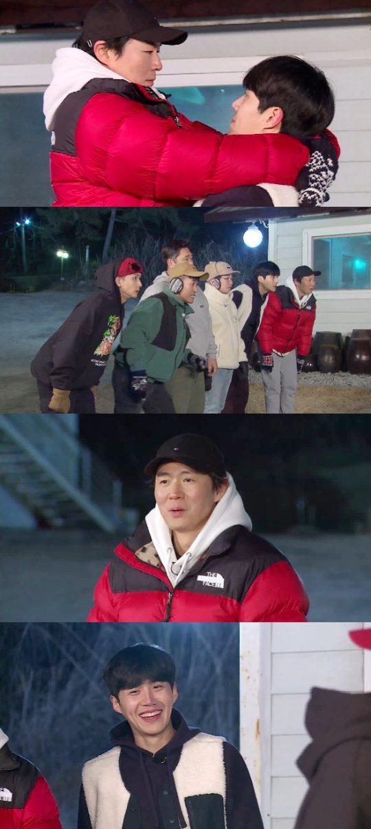 짝꿍 요가를 한 '1박 2일'의 연정훈, 김선호. /사진제공=KBS2