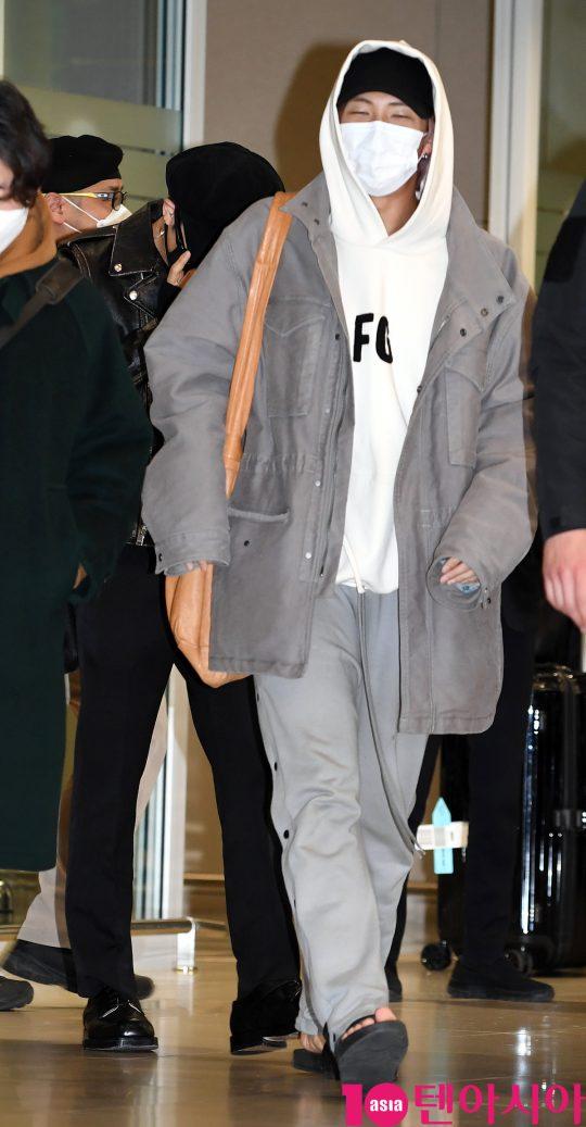 그룹 방탄소년단(BTS)(RM, 슈가, 진, 제이홉, 지민, 뷔, 정국) 지민이 10일 오후 미국 그래미 어워즈 공연 및 CBS 토크쇼 코든쇼 마치고 인천국제공항을 통해 입국하고 있다.