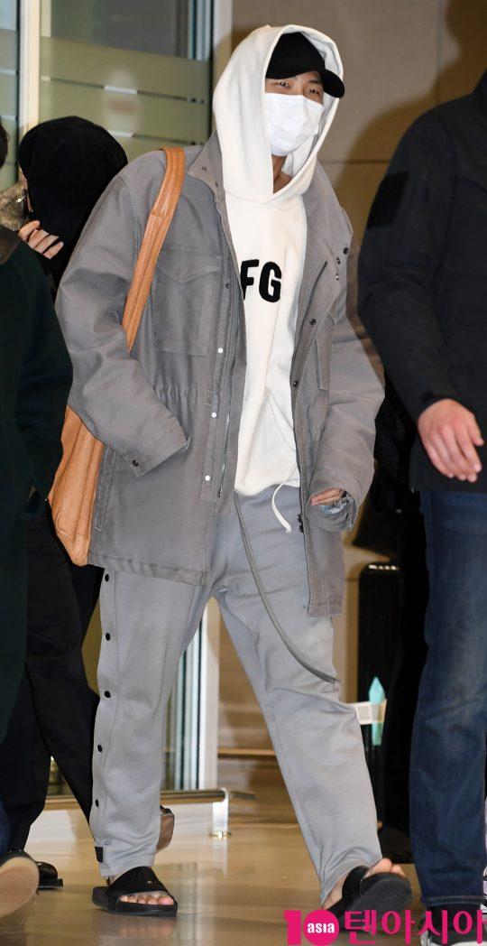 그룹 방탄소년단(BTS)(RM, 슈가, 진, 제이홉, 지민, 뷔, 정국) RM이 10일 오후 미국 그래미 어워즈 공연 및 CBS 토크쇼 코든쇼 마치고 인천국제공항을 통해 입국하고 있다.