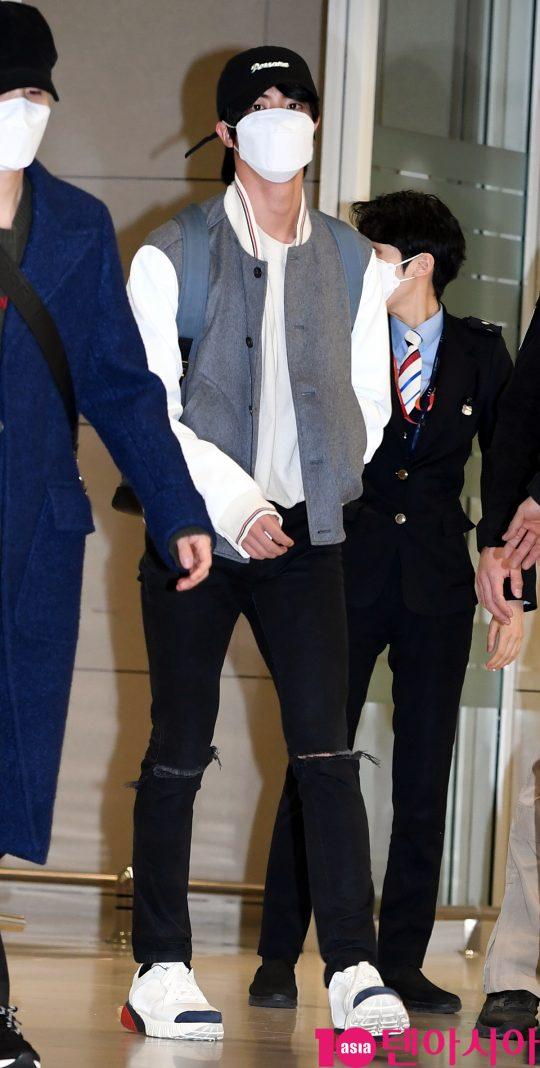 그룹 방탄소년단(BTS)(RM, 슈가, 진, 제이홉, 지민, 뷔, 정국) 진이 10일 오후 미국 그래미 어워즈 공연 및 CBS 토크쇼 코든쇼 마치고 인천국제공항을 통해 입국하고 있다.